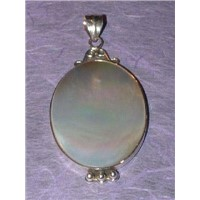 white-lipped mother of pearl pendant