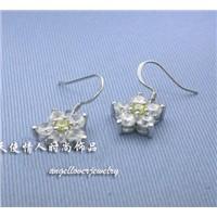 white flowre earring